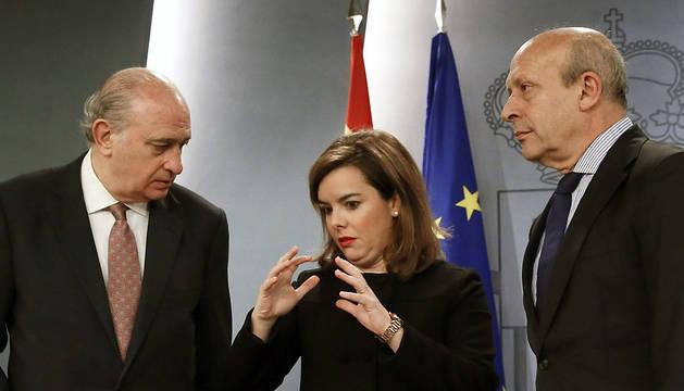 La vicepresidenta del Gobierno, Soraya Saénz de Santramaría, y los ministros del Interior, Jorge Fernández Díaz, y de Cultura, Jose Ignacio Wert (dcha), este viernes