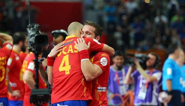 Rocas se abraza con Víctor Tomás