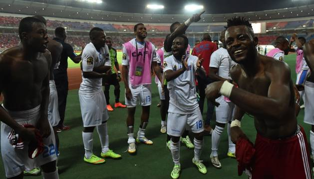 Cedrick celebra la victoria junto a sus compañeros de selección