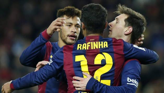 Neymar da Silva (i) celebra con Lionel Messi y Rafa Alcantara (c) el gol marcado ante el Villarreal.