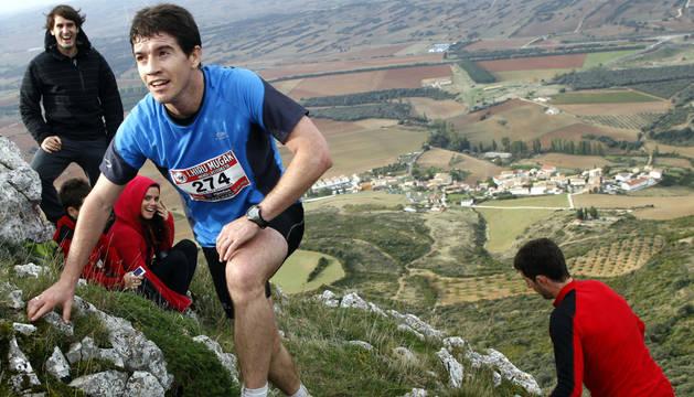Uno de los participantes del año pasado, en la cima de Peña Unzué.