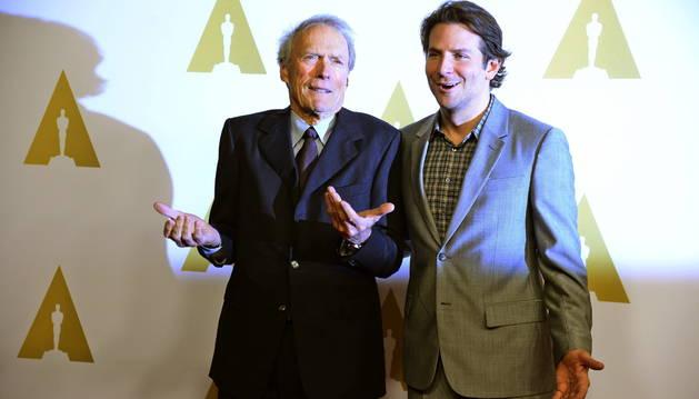 El director estadounidense Clint Eastwood y el actor Bradley Cooper (dcha) posan a su llegada al almuerzo.