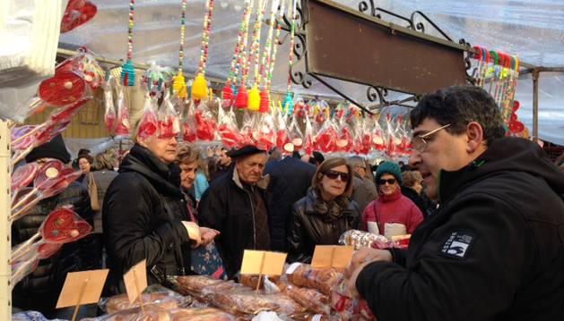 Gran afluencia de compradores en el mercadillo de San Blas que se ha celebrado este martes en la plaza de San Nicolás de Pamplona.