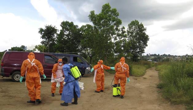 Miembros de la Cruz Roja trabajando en Sierra Leona.