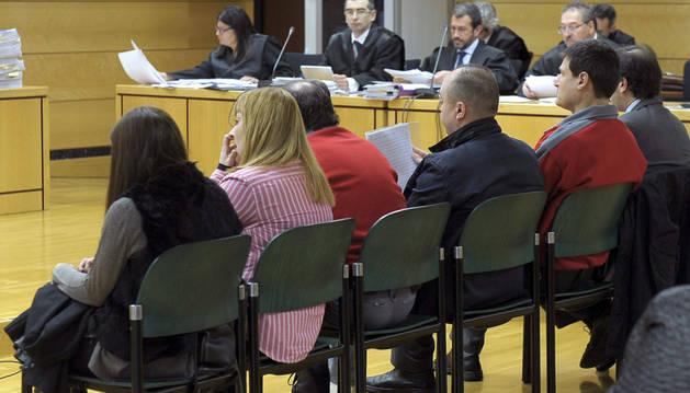 Vista del banquillo de los acusados en la primera sesión del juicio, que acaba hoy.