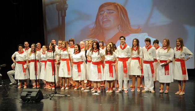 Los participantes cantan en grupo una jota