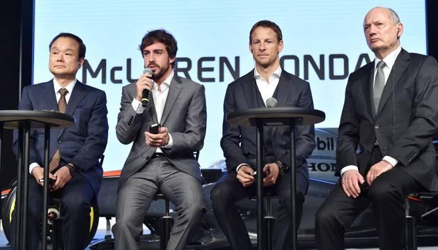 Fernando Alonso y Jenson Button, con los directores