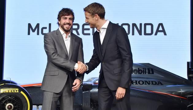 Fernando alonso estrecha la mano a Jenson Button