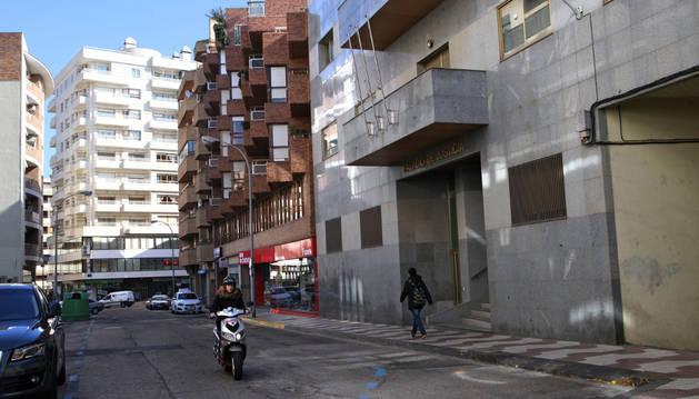 A la dcha., el edificio de los antiguos jugados, que en 2012 se trasladaron a la avenida de las Merindades.