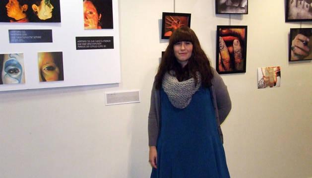 Beatriz Rubio posa junto a varias de sus obras.