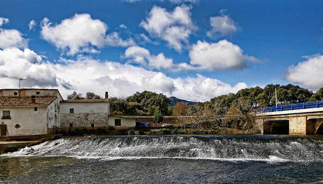 Una imagen del puente sobre el Ega a la altura del molino de Ancín, muy cerca de donde se sitúan los manantiales.