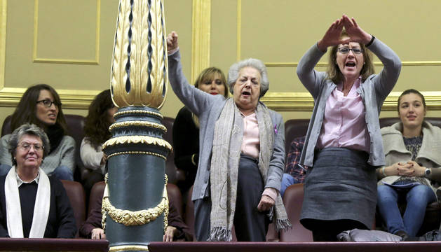 Feministas gritan al ministro Alonso desde la tribuna del Congreso.