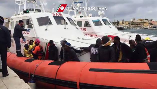 Varios de los supervivientes desembarcan en Lampedusa.
