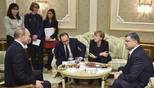 El presidente de Rusia, Vladímir Putin, asiste junto a la canciller alemana, Angela Merkel, el presidente de Francia, François Hollande, y el presidente de Ucrania, Petró Poroshenko, a la cumbre para la paz