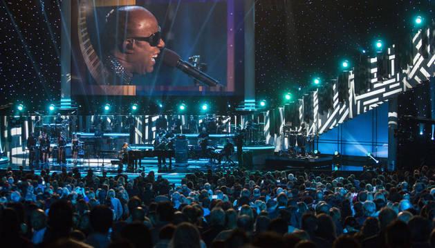 Estrellas de la música pop homenajean a Stevie Wonder
