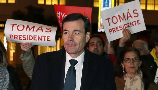 Sánchez crea un incendio en su partido con el cese de Tomás Gómez
