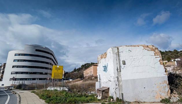 Al fondo el único de los bloques que se edificó en el solar de Renolit. A la derecha, una de las estructuras de la antigua fábrica que quedan en pie.