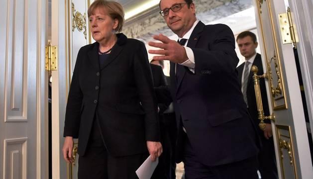 Angela Merkel y Francois Hollande abandonan el Palacio de la Independencia en Minsk