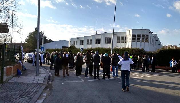 Los trabajadores de Faurecia se han concentrado este viernes a las puertas de la fábrica de Burlada