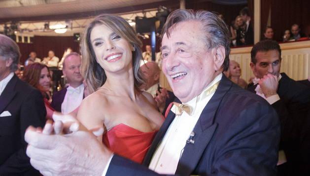 Elisabetta Canalis baila con el empresario Richard Lugner