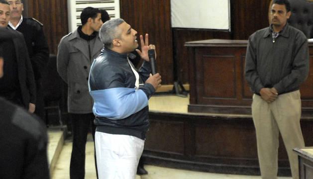 El periodista egipcio con pasaporte canadiense Mohammed Fahmy (centro) dirigiéndose al juez.