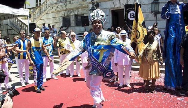 El carnaval se puso este sábado al rojo vivo en todo Brasil con incontables fiestas multitudinarias que rebosaron las calles y playas de ciudades como Río de Janeiro, Salvador y Recife, desde el amanecer y sin previsión de acabar.