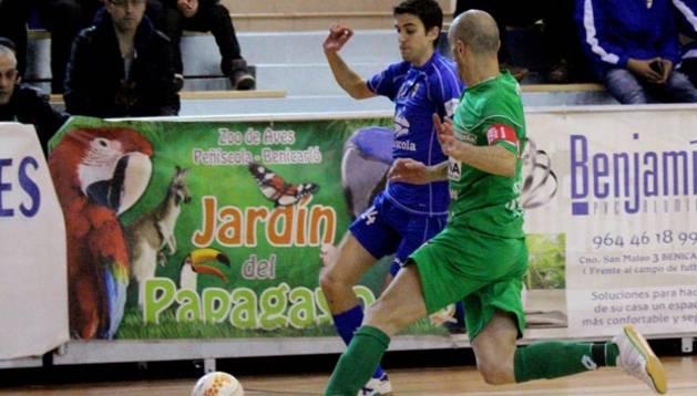 Asensio avanza con el balón perseguido por Eseverri
