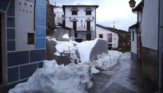 Los Pirineos, nevados, vistos desde Castillonuevo.