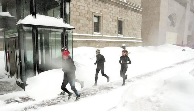 La ciudad de Boston lleva cubiertas de blanco desde hace unas tres semanas por varias nevadas consecutivas.