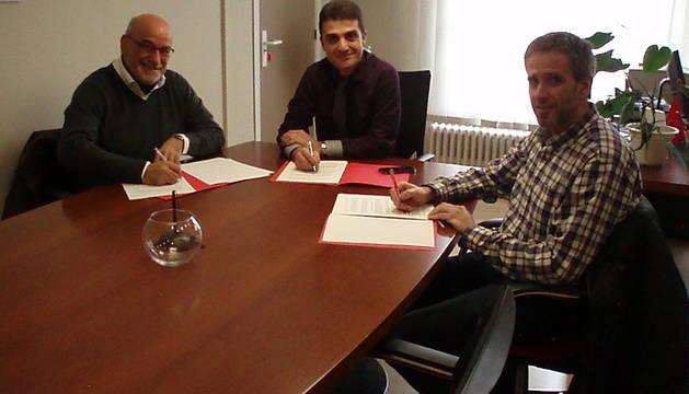 García, Oto y Jiménez firman el acuerdo.