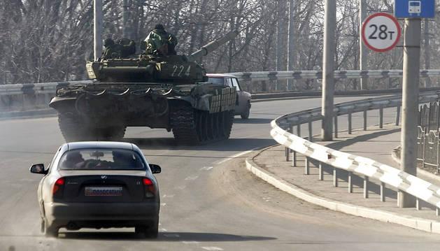 Un tanque prorruso circula por una carretera cerca de Donetsk.