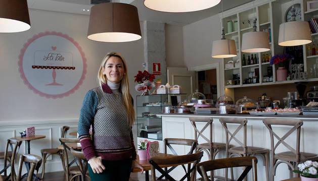 María Caridad Salanueva en el interior de la cafetería La Tatin, en el barrio de Mendebaldea.