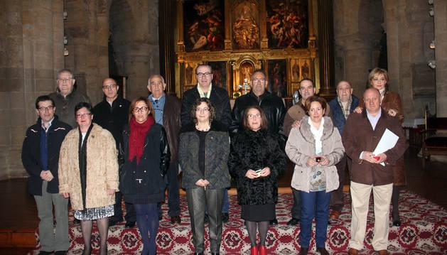 Homenajeados y autoridades asistentes posaron juntos en la iglesia.