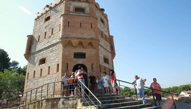 Turistas esperando a entrar en la Torre Monreal de Tudela.