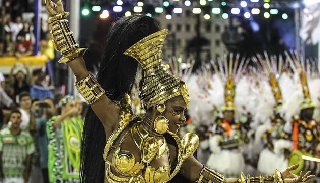 El carnaval de Río de Janeiro celebró su segunda noche de desfiles, en la que las escuelas de samba escarbaron en sus raíces africanas e innovaron usando drones para dar un toque tecnológico a la fiesta del sambódromo.