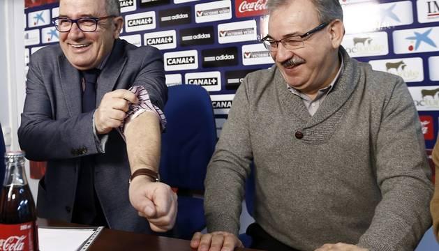 Luis Sabalza, al lado de Fidel Medrano, muestra el brazo tras bromear sobre unos análisis de sangre