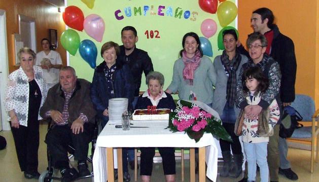 La centenaria María Oyaga Ezcurra, en el centro, rodeada de sus familiares.