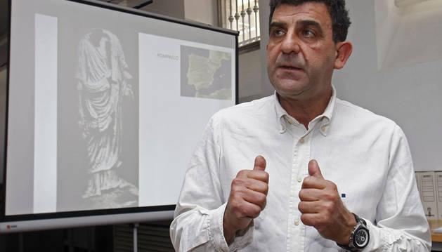 El director del MARQ, Manuel Olcina, ante la única imagen existente de la estatua
