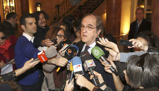 El exministro Ángel Gabilondo, atendiendo a los medios.