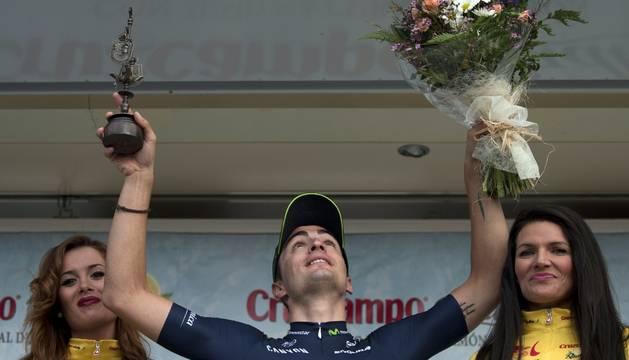 Lobato celebra su victoria en el podio