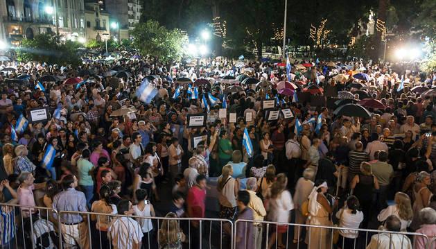 Miles de personas en Buenos Aires en la 'marcha de los paraguas'.