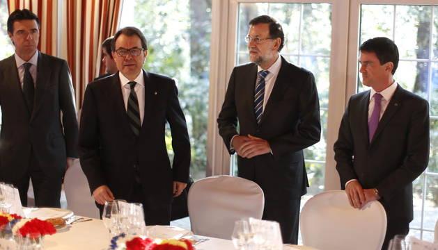 Mariano Rajoy (2ºd), junto al primer ministro francés, Manuel Valls (d), el ministro de Industria, José Manuel Soria (i) y el presidente de la Generalitat de Cataluña, Artur Mas (2ºi)