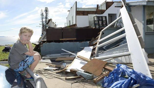 Un niño, delante de su casa destruida por el ciclón Marcia.