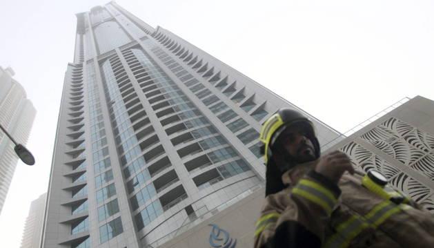 Un bombero, delante del eficio 'La antorcha'.