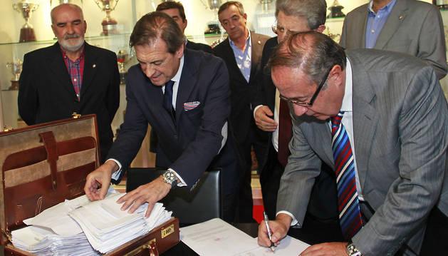 Miguel Archanco y Ángel Vizcay, durante la comprobación de los avales de la candidatura de Archanco a la presidencia.