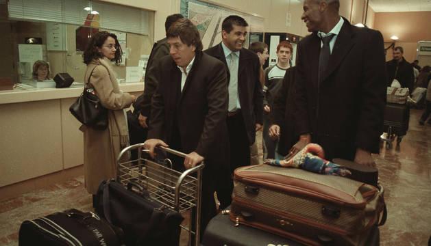 El Chengue Morales junto a su representante, el uruguayo Paco Casal, a su llegada al aeropuerto de Noáin en enero de 2003.