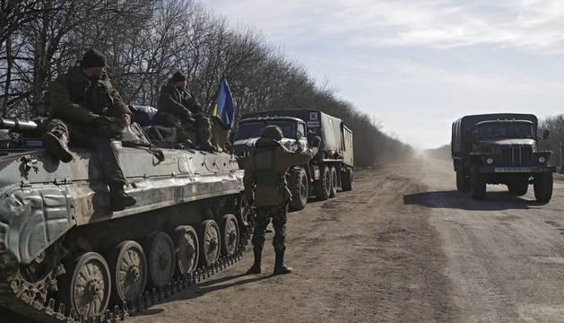 El frágil alto el fuego retrasa la retirada del armamento en Ucrania
