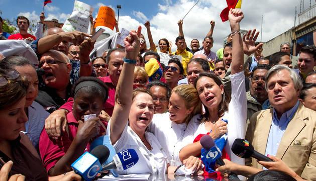 Las esposas de Ledezma (izqda) y Leopoldo López (centro) con la exdiputada María Corina Machado, en una manifestación tras la detención del alcalde de Caracas.