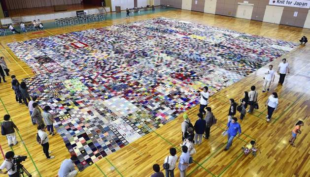 Una manta hecha por las víctimas bate un Guinnes