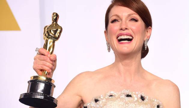 La actriz, sonriendo con su estatuilla.